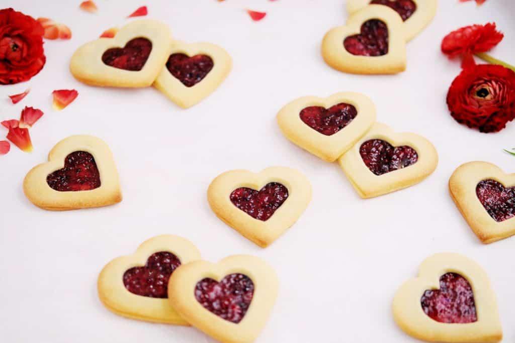 raspberry filled jammy dodger cookies
